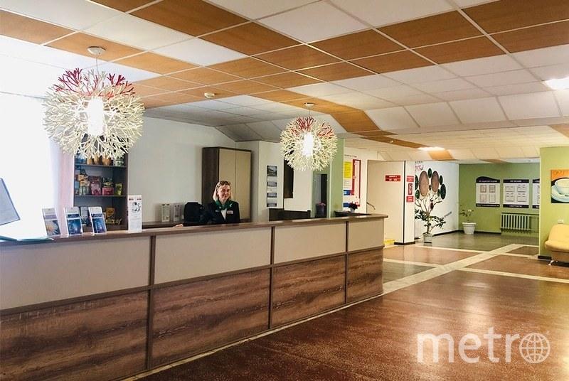Всем прибывшим россиянам предстоит провести 14 дней в загородном санатории Gradcenter. На сайте лечебного учреждения можно увидеть просторный холл, комнаты-палаты. Фото https://gradcenter.ru/