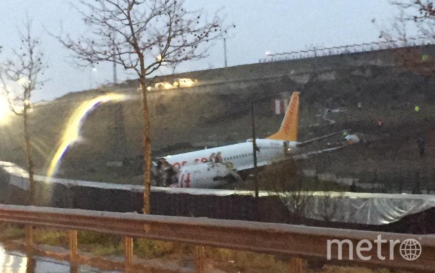 Самолёт развалился на три части. Фото AFP