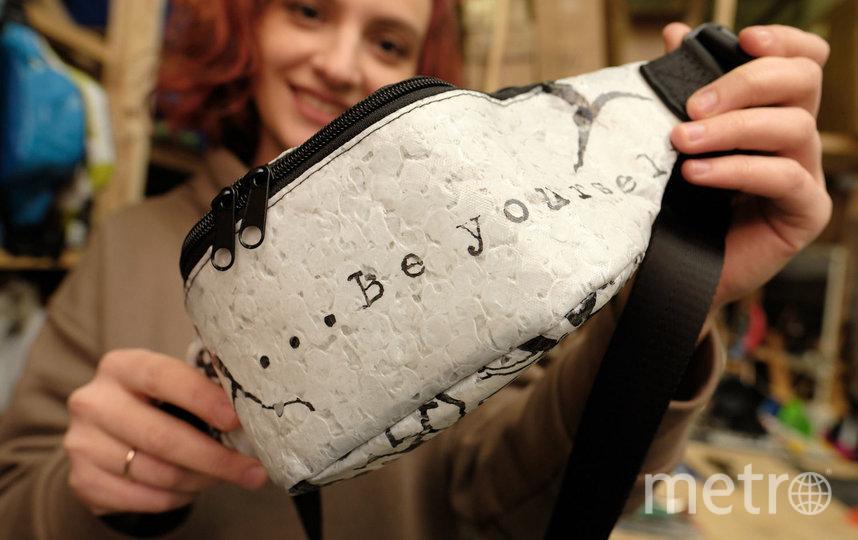 "Вещи бренда 99recycle, включая ставшими хитом сумки, можно купить в оффлайн- магазинах. Фото Святослав Акимов, ""Metro"""