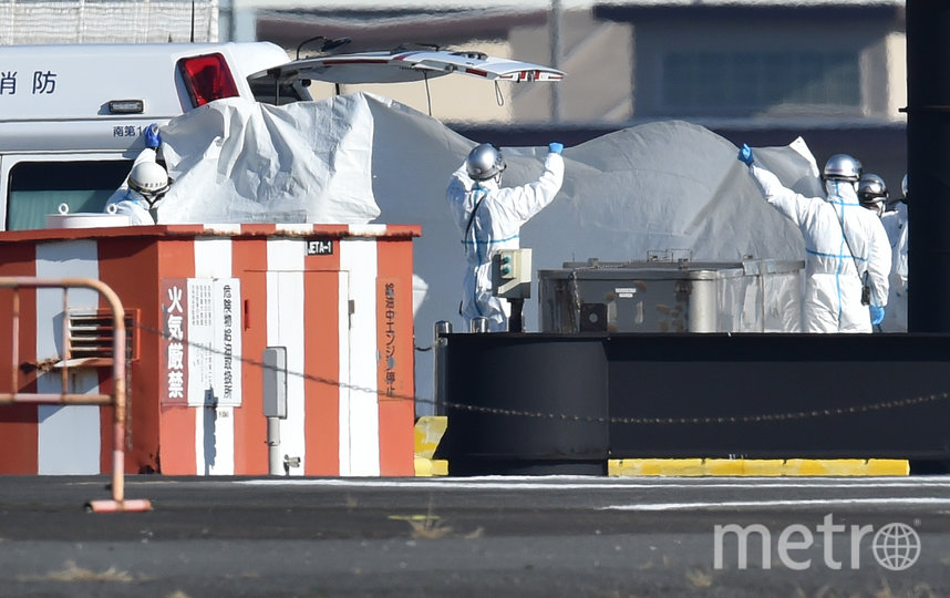 Заболевших коронавирусом доставили на сушу. Фото AFP