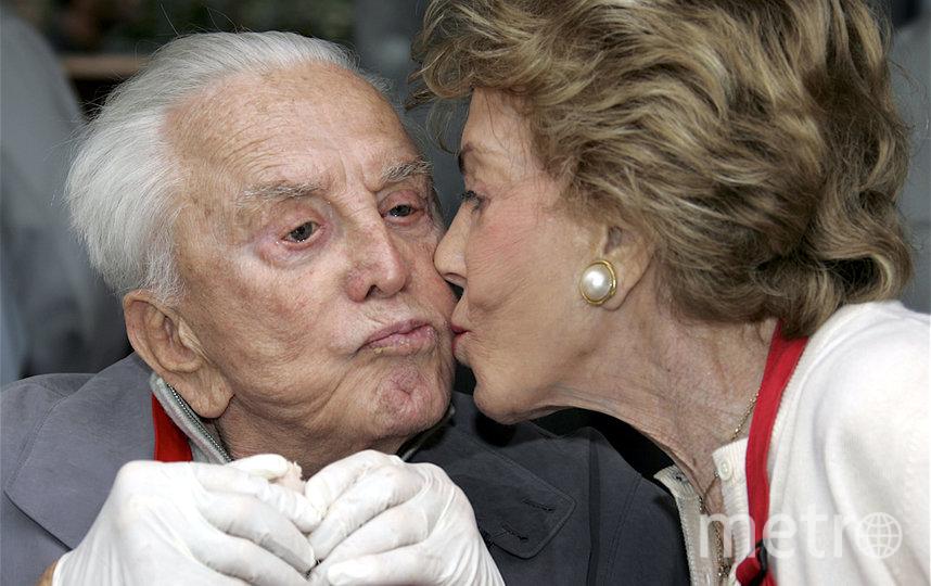 Кирк Дуглас со второй супругой. Фото Getty