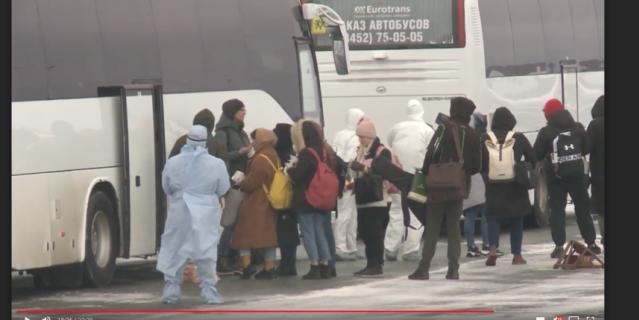 Высадка прибывших на лётном поле аэропорта Рощино.