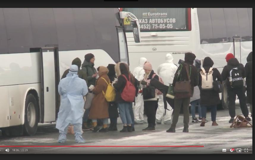 Высадка прибывших на лётном поле аэропорта Рощино. Фото скриншот admtyumen.ru