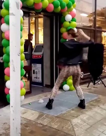 """В Анапе открытие супермаркета """"Пятерочка"""" после ремонта решили отметить зажигательными танцами. Фото скриншот Instagram @koroyivan"""