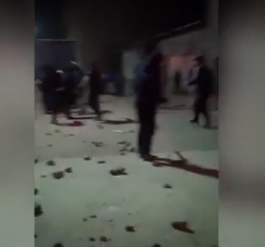 В Сети опубликованы страшные кадры с места массовой драки. Фото скриншот видео https://ren.tv/
