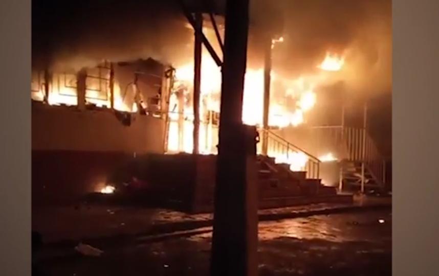 Огнем уничтожено большое количество домов, кафе и магазинов. Фото скриншот видео https://ren.tv/