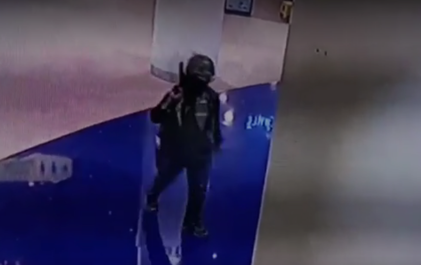 Стрелок в таиланде попал сразу на несколько камер. Фото скриншот видео https://ren.tv/