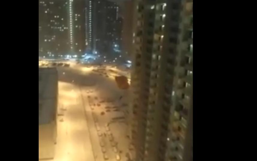 В Мурино экстремалы прыгнули с парашютом с верхнего этажа высотки. Фото скриншот видео vk.com/9online