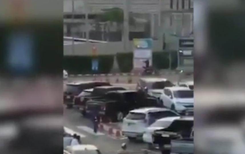 В Таиланде, в городе Накхон Ратчасима, спецназ устроил штурм торгового центра, где стрелок взял в заложники 16 человек. Фото Скриншот видео
