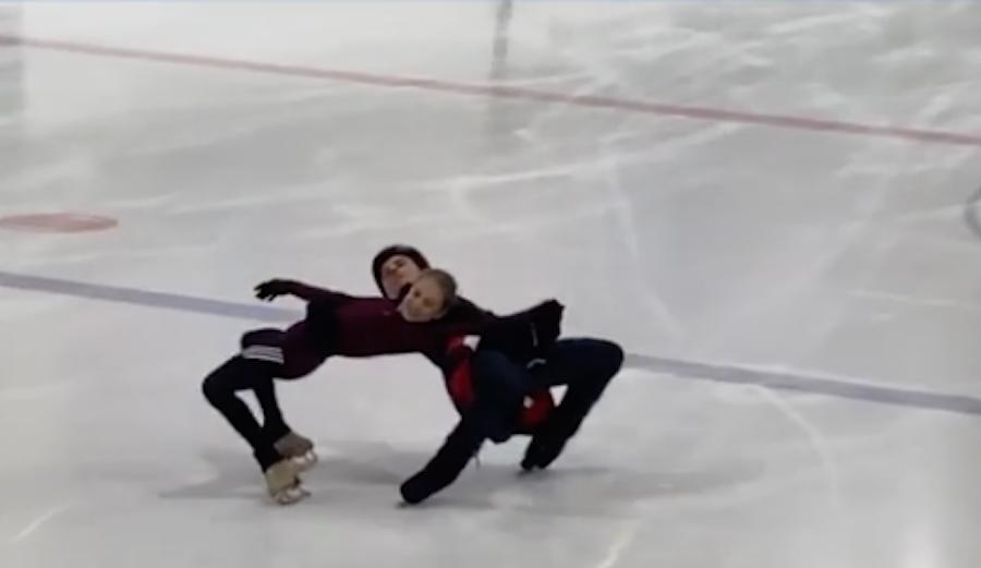 Александра Трусова сделала коронный элемент синхронно с тренером. Фото скриншот Instagram @avtrusova