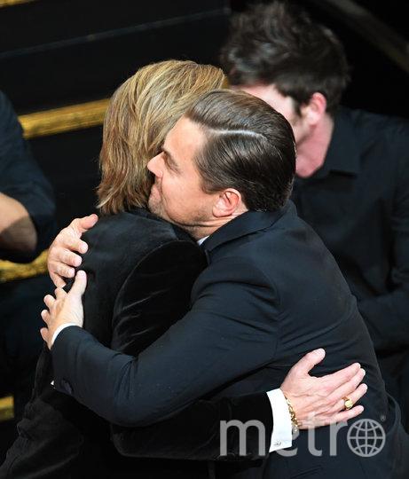 Питта поздравляет Лео Ди Каприо. Фото Getty