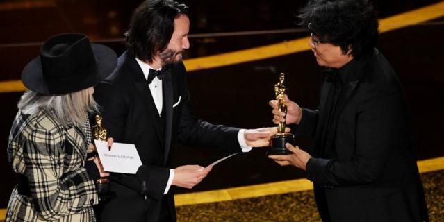 """Киану Ривз на """"Оскаре"""" с Дайан Китон вручали премию за """"Лучший сценарий"""". Ее получил фильм """"Паразиты""""."""