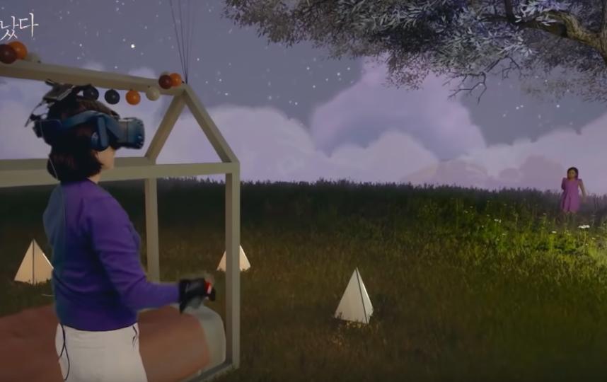 Жительница Южной Кореи с помощью технологии виртуальной реальности смогла встретиться с дочерью, которая умерла в 2016 году. Фото скриншот видео MBCdocumentary, Скриншот Youtube