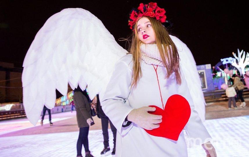 """На катке ВДНХ можно будет встретить живую «валентинку»: человек в специальном костюме запишет поздравления с праздником от гостей и выведет их на экран своего рюкзака. Фото АГН """"Москва"""""""