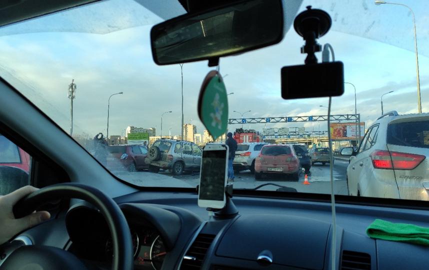 """""""Машин с десяток"""": в Петербурге на Витебском проспекте произошла массовая авария. Фото vk.com/spb_today"""
