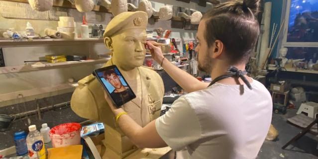 Скульптор Александр Цибульский работает над портретом гвардии сержанта Андрея Арансона.