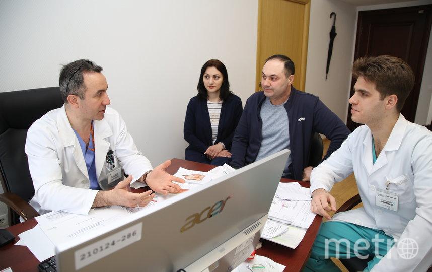 Доктор Заман Мамедли (крайний слева). Фото пресс-служба онкоцентра Блохина