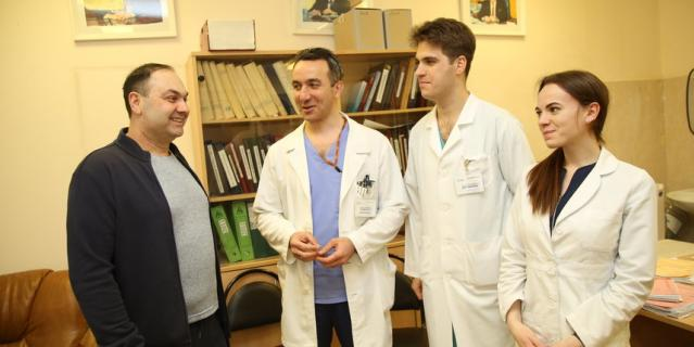 Доктор Заман Мамедли (второй слева) с врачами и Арменом.