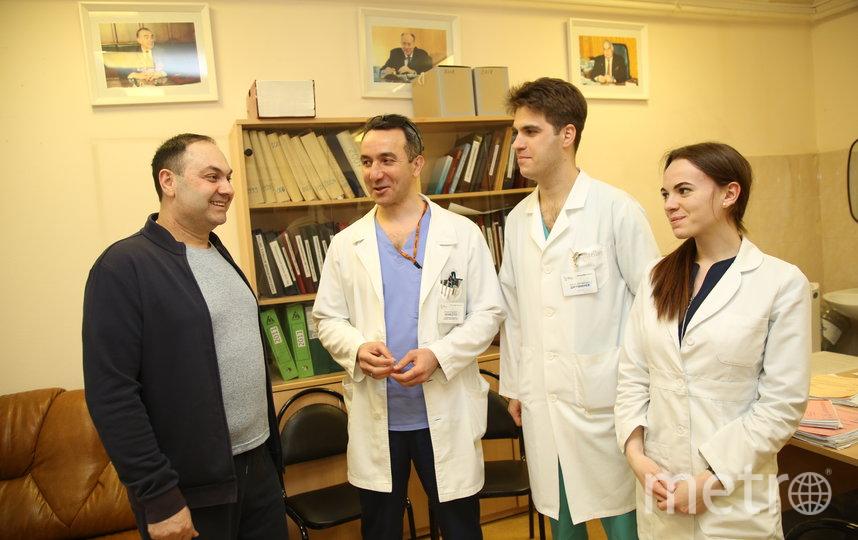 Доктор Заман Мамедли (второй слева) с врачами и Арменом. Фото пресс-служба онкоцентра Блохина