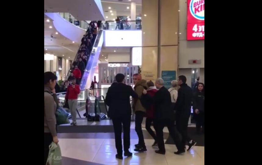 В петербургском торговом центре молодые люди подрались с охраной. Фото https://vk.com/spb_today