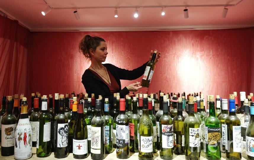 """Бутылки с автографами Гребенщикова и Шнурова до сих пор стоят закрытыми. Фото Алена Бобрович, """"Metro"""""""