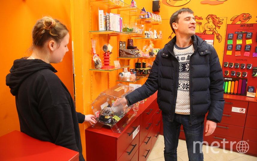 Репортёр Metro в презервативной на Старом Арбате. Фото Василий Кузьмичёнок