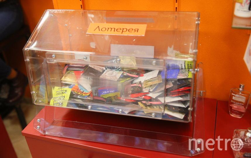 Немецкий супертонкий презерватив репортёр Metro выиграл в лотерею (для неё возле кассы специально установлен лототрон). Фото Василий Кузьмичёнок