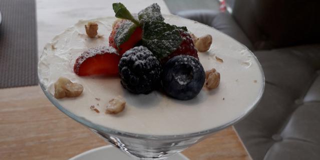 Десерт с ягодами в сети BooBo.