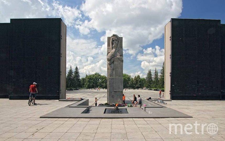 В годы Великой Отечественной войны 1941 – 1945 годов в Новосибирске были размещены и введены в действие десятки крупных предприятий, эвакуированных с других регионов страны, город стал мощным центром производства большинства видов боеприпасов, авиационной и военной техники, направляемой на фронт.