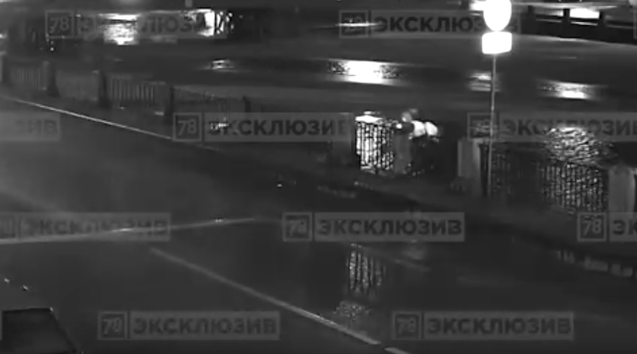 Кадры с места происшествия: мужчина сбросил женщину в Фонтанку и сам пытался ее спасти. Фото скриншот видео www.78.ru