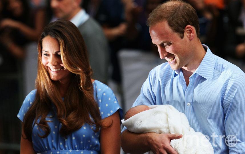 Кейт Миддлтон и принц Уильям с новорожденным принцем Джорджем  у госпиталя The Lindo Wing. Фото Getty