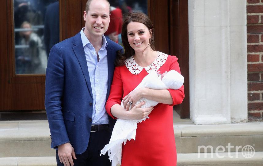 Кейт Миддлтон и принц Уильям с новорожденным принцем Луи у госпиталя The Lindo Wing. Фото Getty