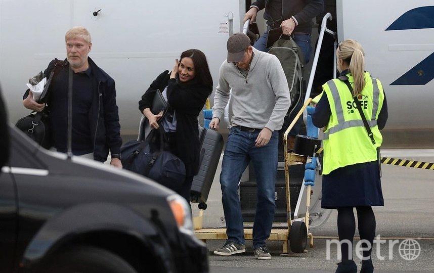 """Принца Гарри и Меган Маркл застали у самолета в Канаде. Фото https://www.instagram.com/meghanmarkle_official/, """"Metro"""""""