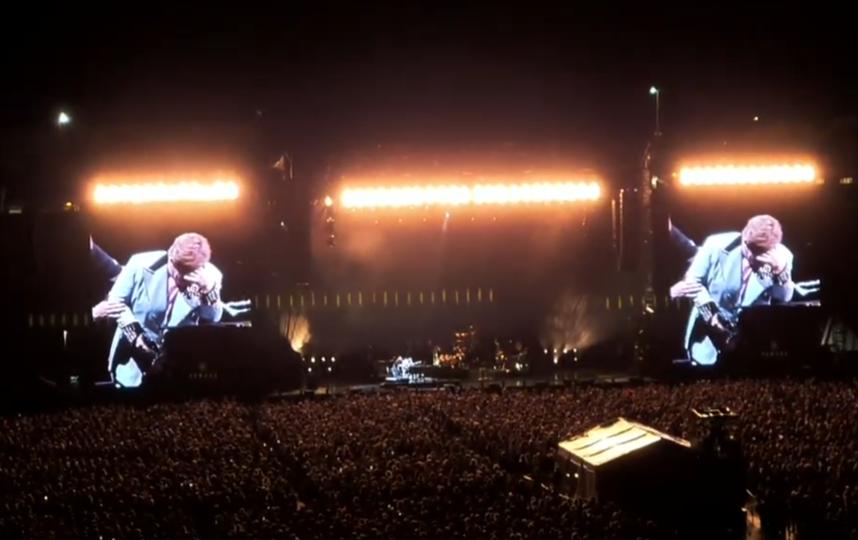 Сэр Элтон не сдержал слез на сцене. Фото Скриншот Youtube