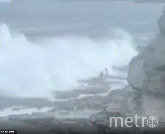 """Момент, когда волна обрушилась на Андрея и Юлю. Фото """"Metro"""""""