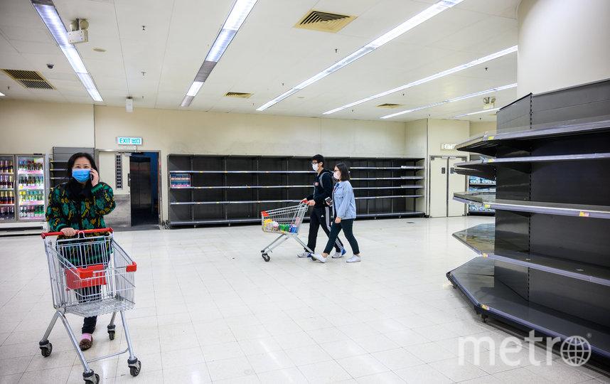 Полки в магазинах Гонконга пустуют. Фото AFP