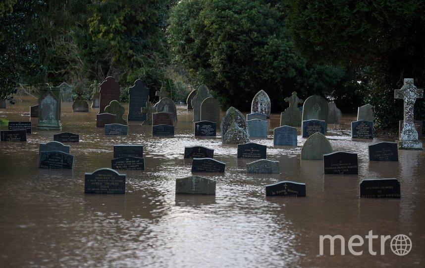 """Шторм """"Деннис"""" обрушился на Великобританию. Фото AFP"""