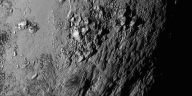 Детальная фотография поверхности Плутона, сделанная с расстояния 12 555 км.