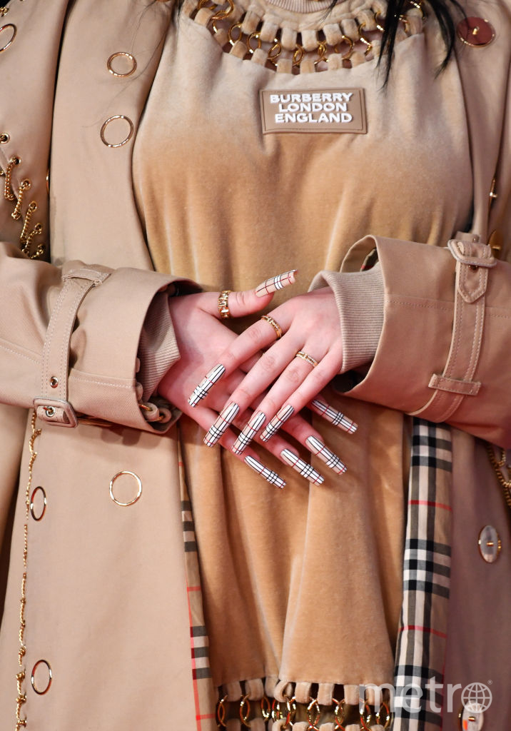 Красная дорожка премии BRIT Awards 2020. Руки Билли Айлиш в кольцах от Tiffany. Фото Getty