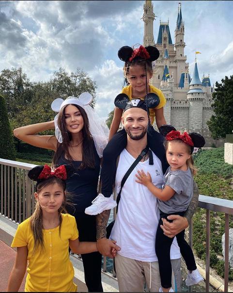 Джиган и Оксана Самойлова с детьми. Фото скриншот instagram.com/iamgeegun/?hl=ru