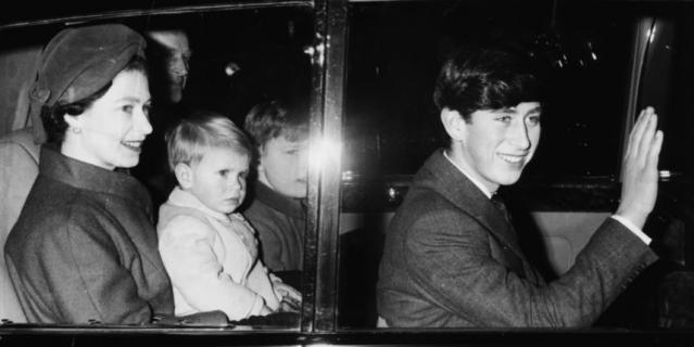Принц Эндрю в окружении семьи, на коленях у матери.