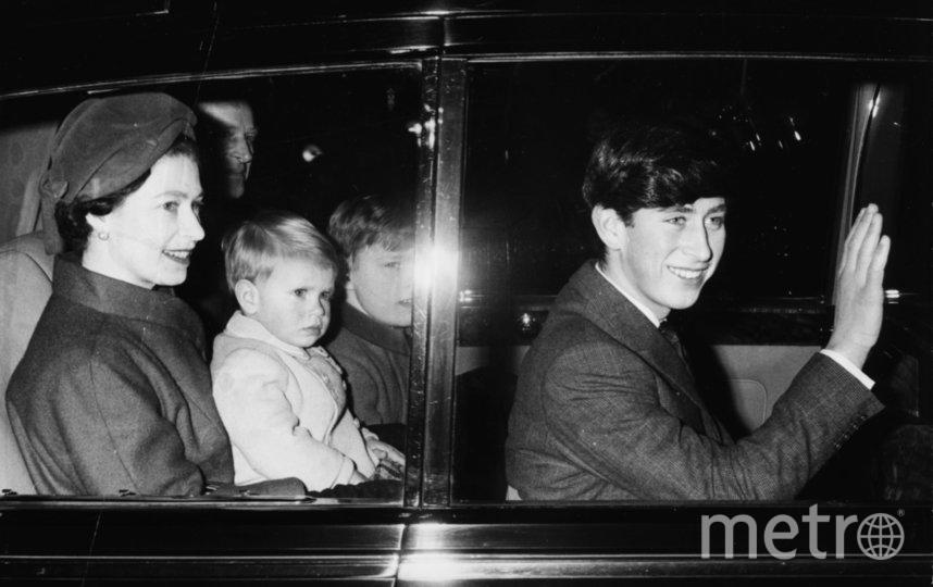 Принц Эндрю в окружении семьи, на коленях у матери. Фото Getty