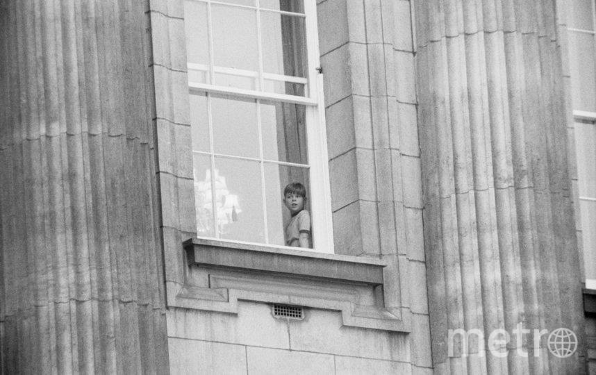 Принц Эндрю смотрит из окна на фотографов. Фото Getty