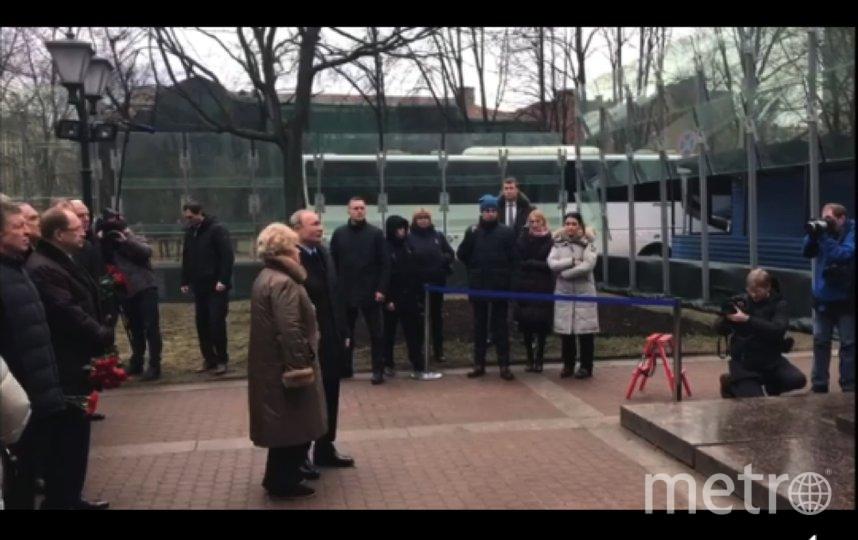 Путин возложил цветы к памятнику Собчака. Фото Скриншот Youtube