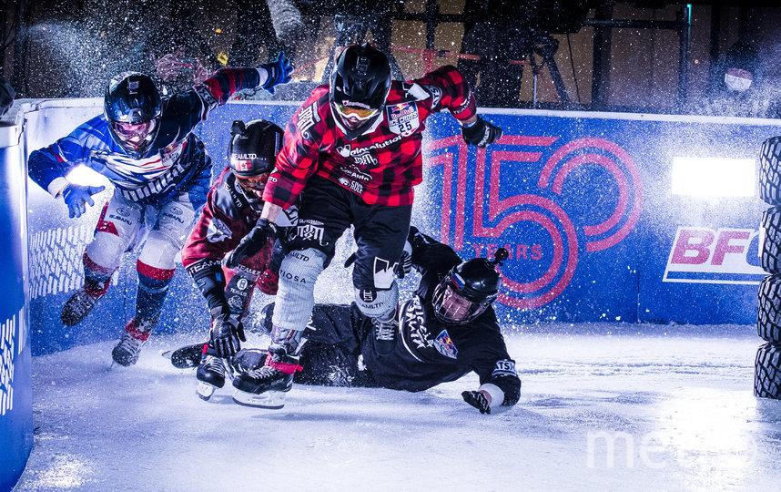 Самый горячий момент четвертьфинала на льду в Йокогаме: канадцы Кроксалл и Кокс (в центре) опережают влетевшего в борт трассы россиянина Мурлычкина (слева). Фото redbullcontentpool.com