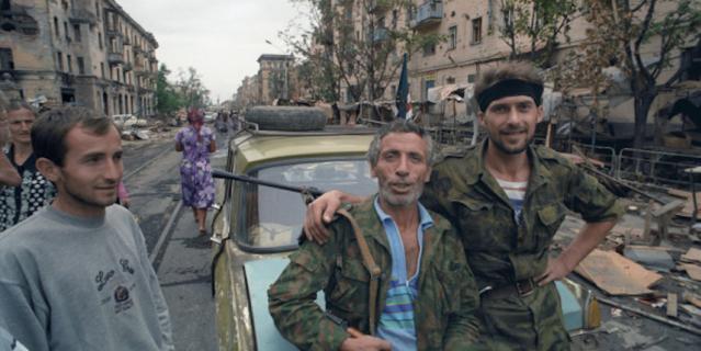 Чеченский конфликт 1994-1996 годов. Представители чеченских вооруженных формирований и жители Грозного.