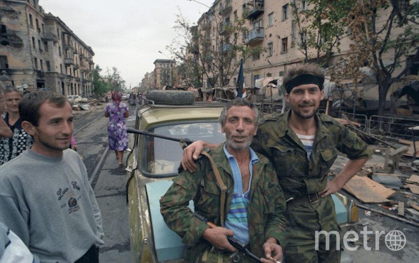 Чеченский конфликт 1994-1996 годов. Представители чеченских вооруженных формирований и жители Грозного. Фото РИА Новости