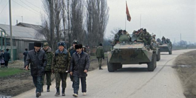 Чеченский конфликт 1994-1996 годов. Солдаты Федеральных войск Министерства обороны РФ в одном из поселков Чеченской Республики.