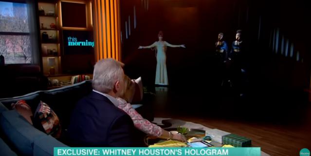 Голограмма Уитни Хьюстон в студии шоу.