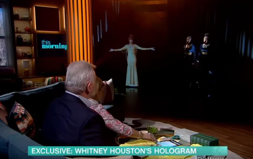 Голограмма Уитни Хьюстон в студии шоу. Фото Скриншот Youtube